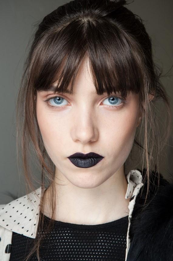 Τάση στο μακιγιάζ χειλιών: Dark και black κραγιόν, πώς φοριέται
