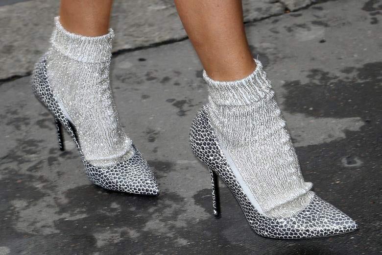 Κοντές κάλτσες με τακούνια  10 τρόποι για να φορέσετε το νέο trend ... dd63e65995f