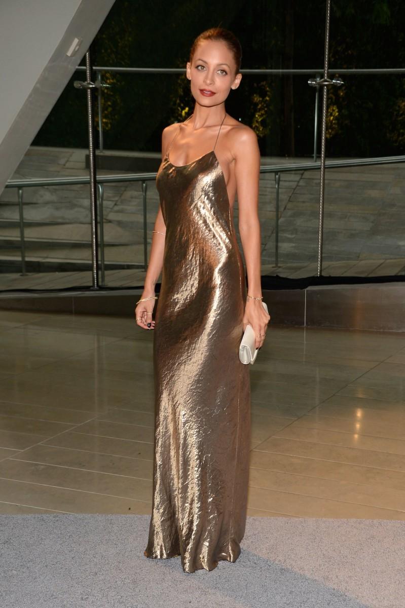 Μάξι χρυσό φόρεμα τύπου Lingerie. Λαμπερά ντυσίματα με παγιέτες και  μεταλλικά υφάσματα 0893c2b2fb9