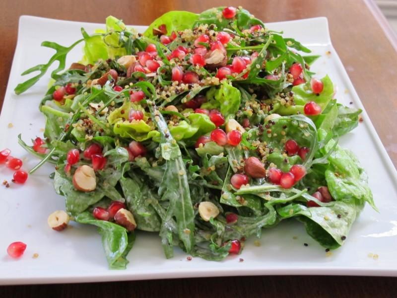 Χριστουγεννιάτικη πράσινη σαλάτα με ρόδια, ξηρούς καρπούς και μήλα