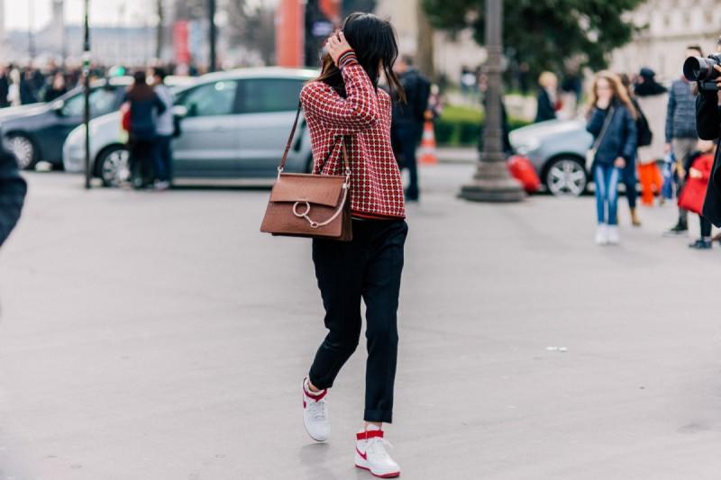 10 νέα looks για να φορέσεις τα sneakers σου, από το πρωί ως το βράδυ