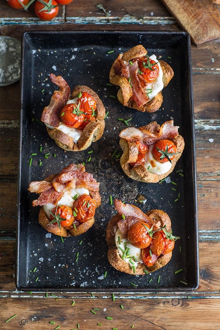 Καλαθάκια ψωμιού με αυγό, μπέικον και ντοματίνια (συνταγή)