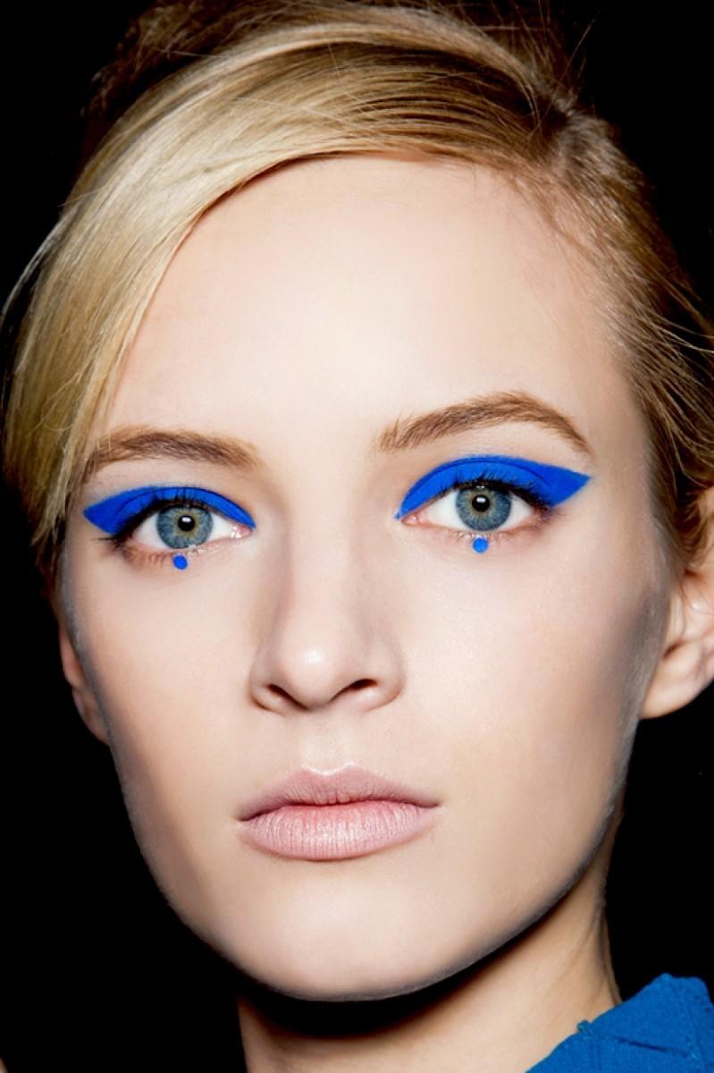 Μπλε στα μάτια: Πώς φοριέται το νέο trend στο μακιγιάζ