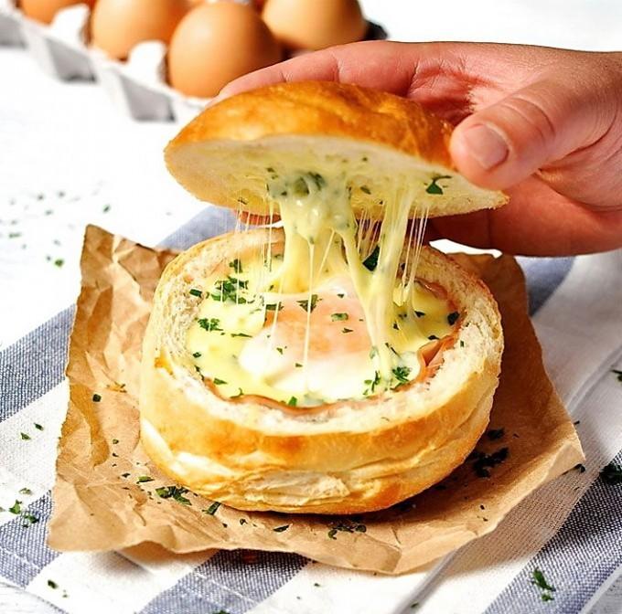 Απίθανο burger στον φούρνο με αυγό μάτι... έκπληξη!