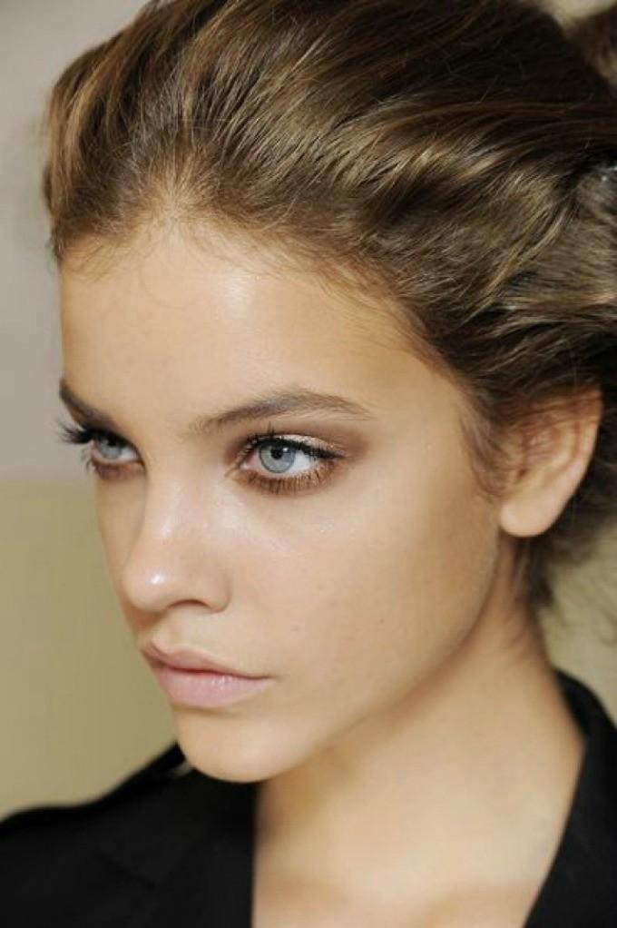 Πώς θα κάνετε βήμα βήμα ένα λαμπερό μακιγιάζ για το Σαββατόβραδο