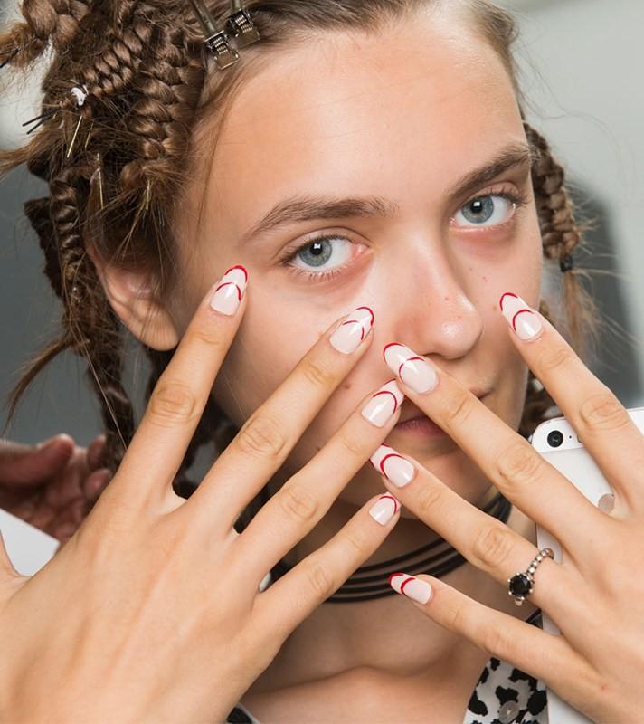 Μανικιούρ: Tα πιο μοδάτα σχέδια για τα νύχια σας, από τις πασαρέλες