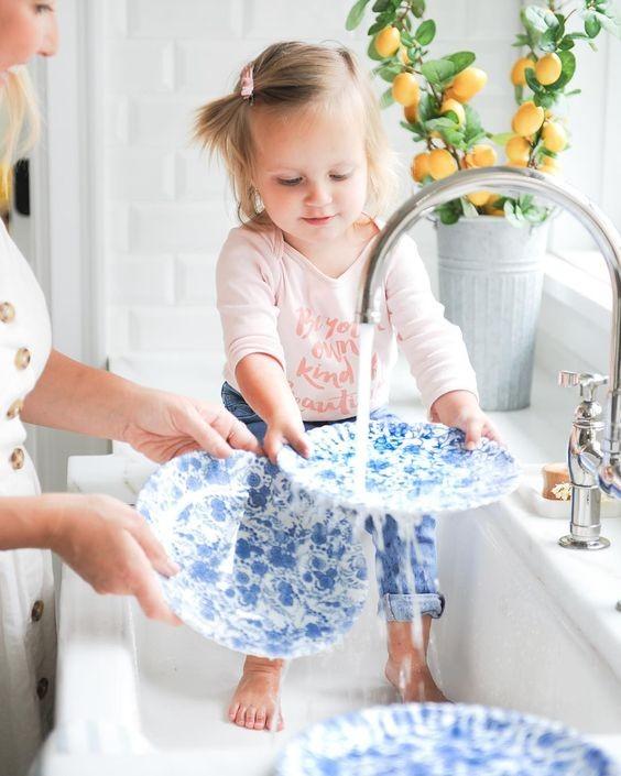 Τι δουλειές στο σπίτι μπορεί να κάνει ένα παιδί ανάλογα με την ηλικία του