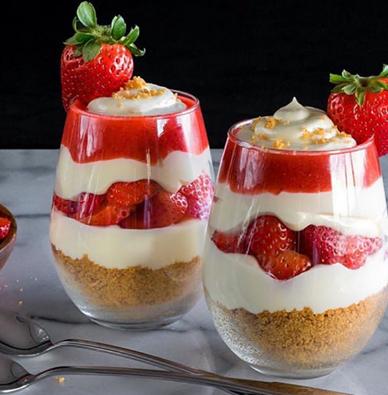 Πανεύκολο γλυκό με φράουλες που γίνεται σε 10 λεπτά
