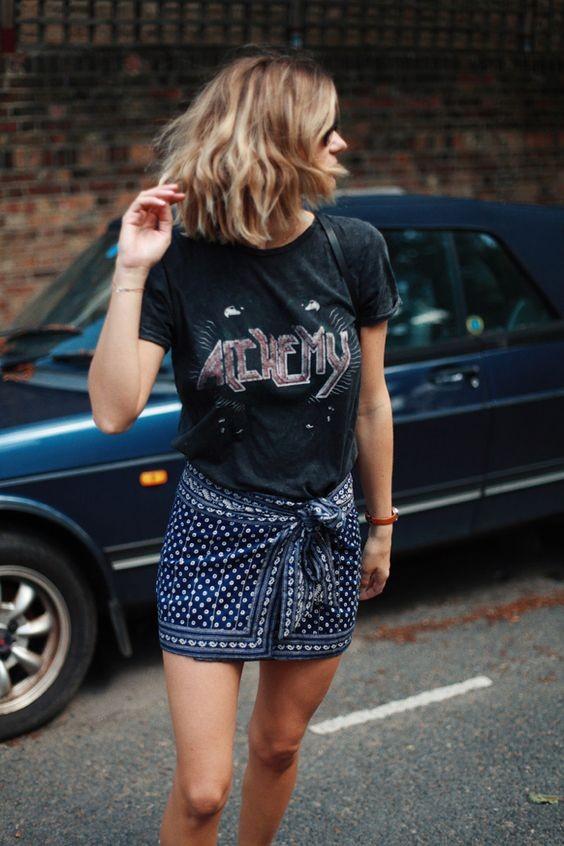 T-shirt με logo: Η νέα μόδα της άνοιξης και πώς φοριέται