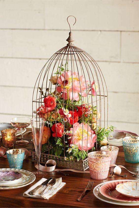 10 ιδέες για να στολίσετε με λουλούδια το τραπέζι σας