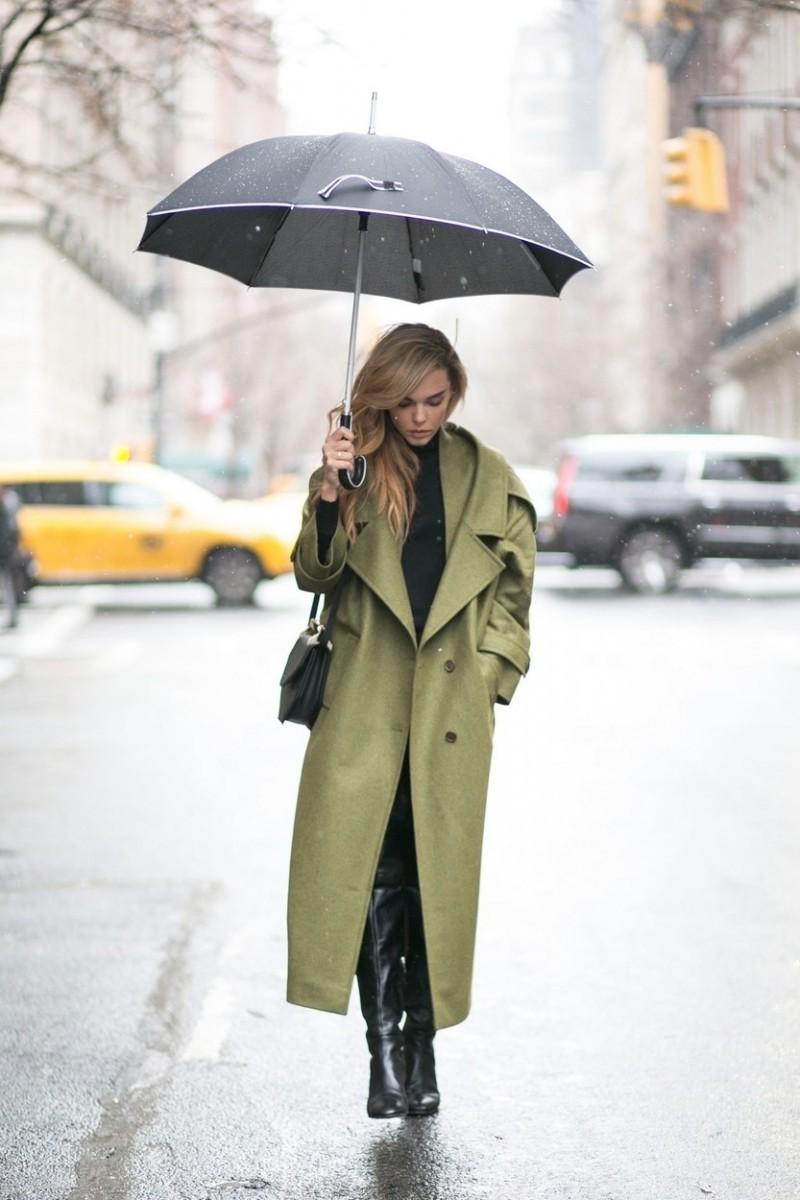 Έτσι ψάχνουμε τι να φορέσουμε όταν βρέχει τόσο για να προστατευθούμε όσο  και για να μην καταστρέψουμε ρούχα ή παπούτσια από το νερό ... 9f33a6f8c68