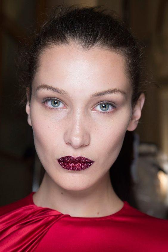 Νέο trend στο μακιγιάζ: Δες πώς θα φορέσεις το glitter στα χείλια