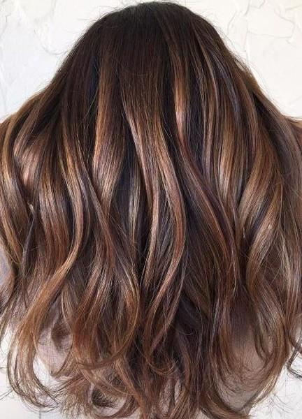 Καστανά μαλλιά: Οι νέες αποχρώσεις του καλοκαιριού