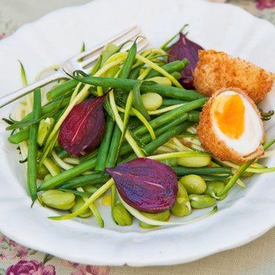 Πράσινη σαλάτα με παναρισμένο βραστό αυγό