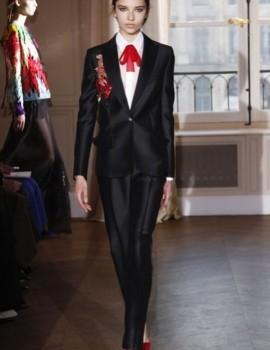 Είστε έτοιμη να εντυπωσιάσετε με το #tuxedo σας? Δείτε πως...😉#fashion #style #whattowear #christmas #womanstyle