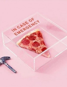 Only!In case of emergency 🚨  __________________• #womannowgr #pizza #incaseofemergency #μην_φας #ειναι_αργα #fanny #laugh #gelio