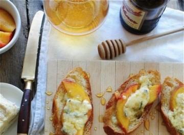 Μπρουσκέτες με ροδάκινο: Εύκολο ορεκτικό για ανήσυχες μαγείρισσες!