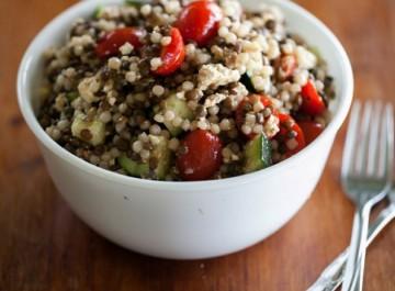 Φακές σαλάτα με κους κους και ντοματίνια