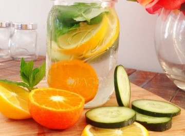 Αποτοξινωτικό νερό με φρούτα