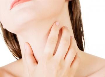 Πονάει ο λαιμός; 8 φυσικοί τρόποι για ν΄ανακουφιστείτε