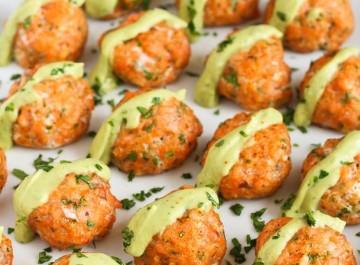 Μπαλάκια σολομού στο φούρνο, με σος αβοκάντο (Συνταγή)