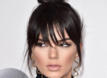 Τα νέα trendy χτενίσματα με κότσους για όλα τα μήκη μαλλιών