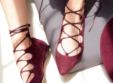 Lace up flats: Πώς θα φορέσεις τις ίσιες μπαλαρίνες με κορδόνια