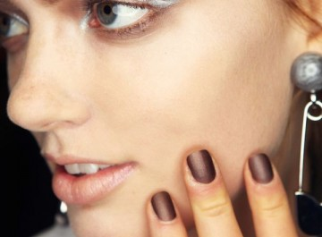 Νέα μανικιούρ για τα νύχια σας με μπεζ και μεταλλικά χρώματα
