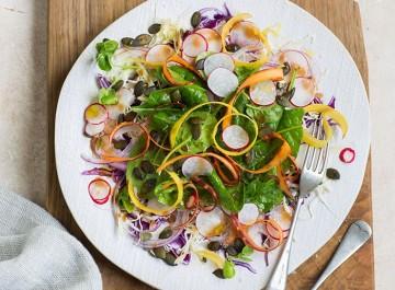 Τραγανή σαλάτα με λαχανικά, ηλιόσπορους και dressing με μέλι