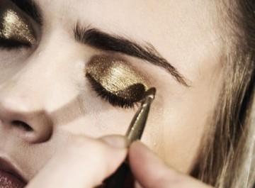Βραδινό μακιγιάζ ματιών με χρυσές σκιές και χρυσό eyeliner