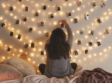 Πώς θα διακοσμήσετε εύκολα έναν τοίχο με φωτογραφίες