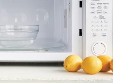 Πώς θα καθαρίσετε μέσα σε 2 λεπτά τον φούρνο μικροκυμάτων