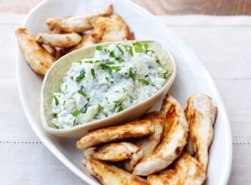 Πικάντικο κοτόπουλο στα γρήγορα με γιαούρτι, τσίλι, κρεμμύδι (συνταγή)