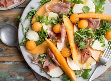 Φτιάξτε γρήγορα μια σαλάτα με προσούτο, πεπόνι και μοτσαρέλα