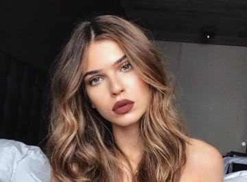 Καστανά μαλλιά: Οι νέες ανοιχτόχρωμες καλοκαιρινές αποχρώσεις