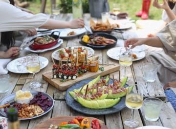 Κάλεσμα για κρασί με φίλους στο σπίτι στα γρήγορα