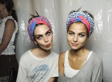 Μαντήλι στο κεφάλι: 10 στιλάτοι τρόποι για να το δέσεις