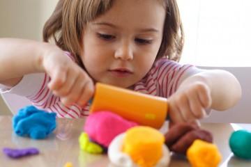 Φτιάξτε μόνη σας φυσική πλαστελίνη για τα παιδιά σας σε 5΄