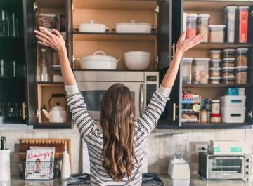 Πώς να οργανώσεις τα ντουλάπια της κουζίνας