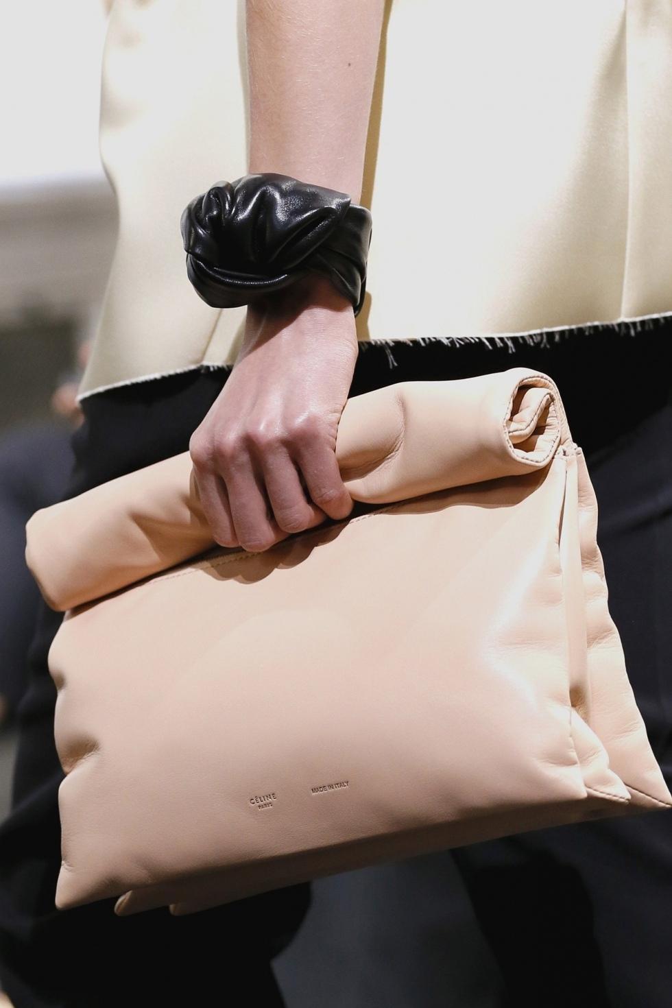 Κάθε γυναίκα λατρεύει τις τσάντες. Και τα παπούτσια. Και τα φορέματα. Αλλά  βασικά τις τσάντες. Που κλείνουν μέσα τους τη ζωή της. Που της χαϊδεύουν το  χέρι ... f4608e6a293